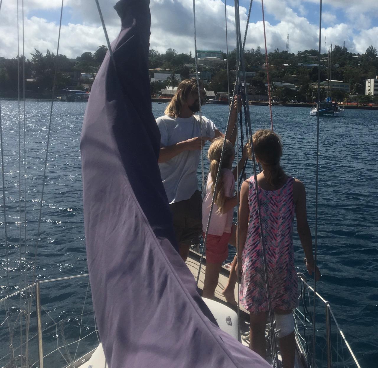 Jan zeigt den Kids der hapa na sasa wie er auf der Phoebe ohne fremde Hilfe in den Mast steigt