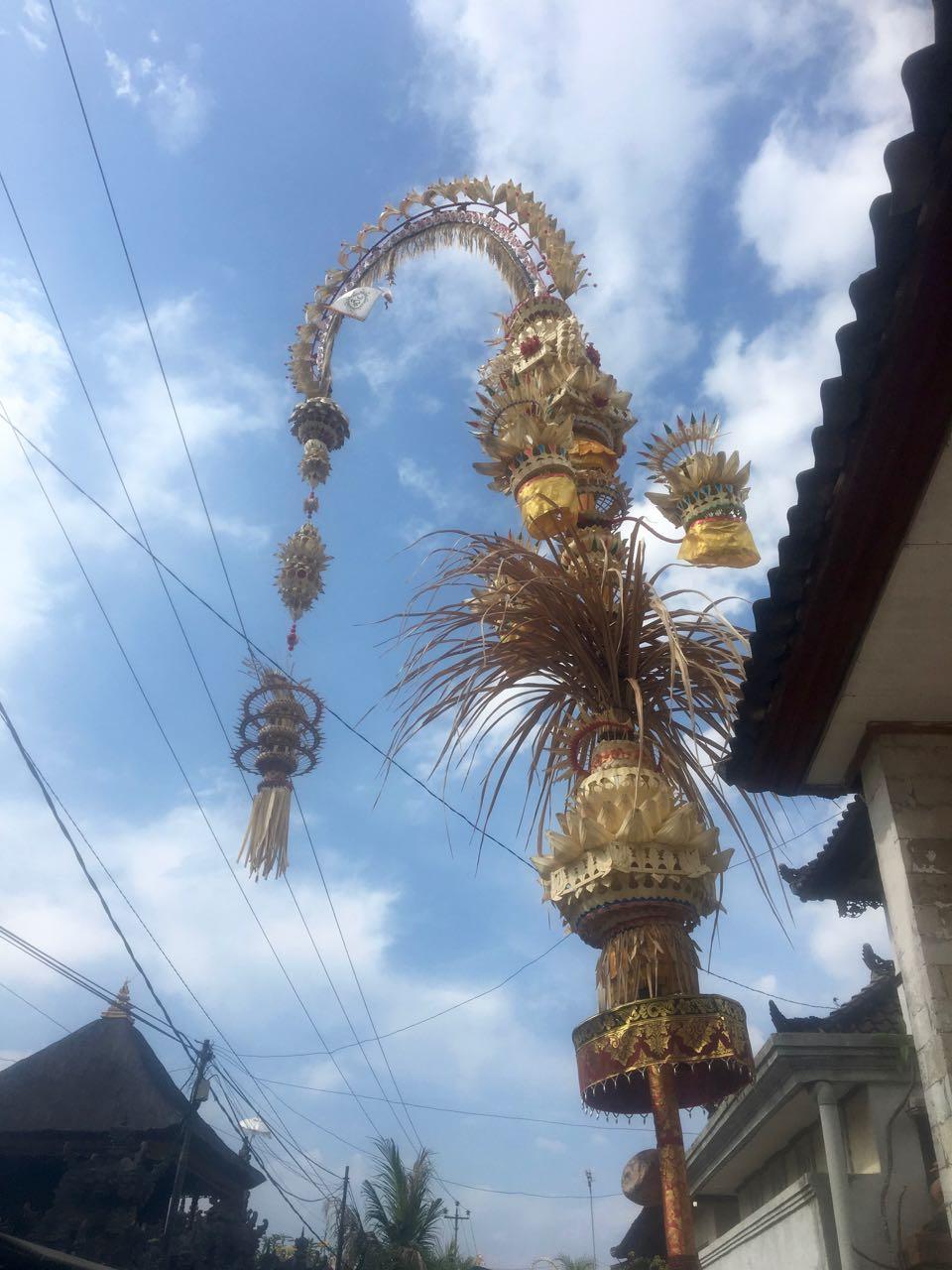 Typischer Schmuck vor den Häusern in Bali und Lembogan