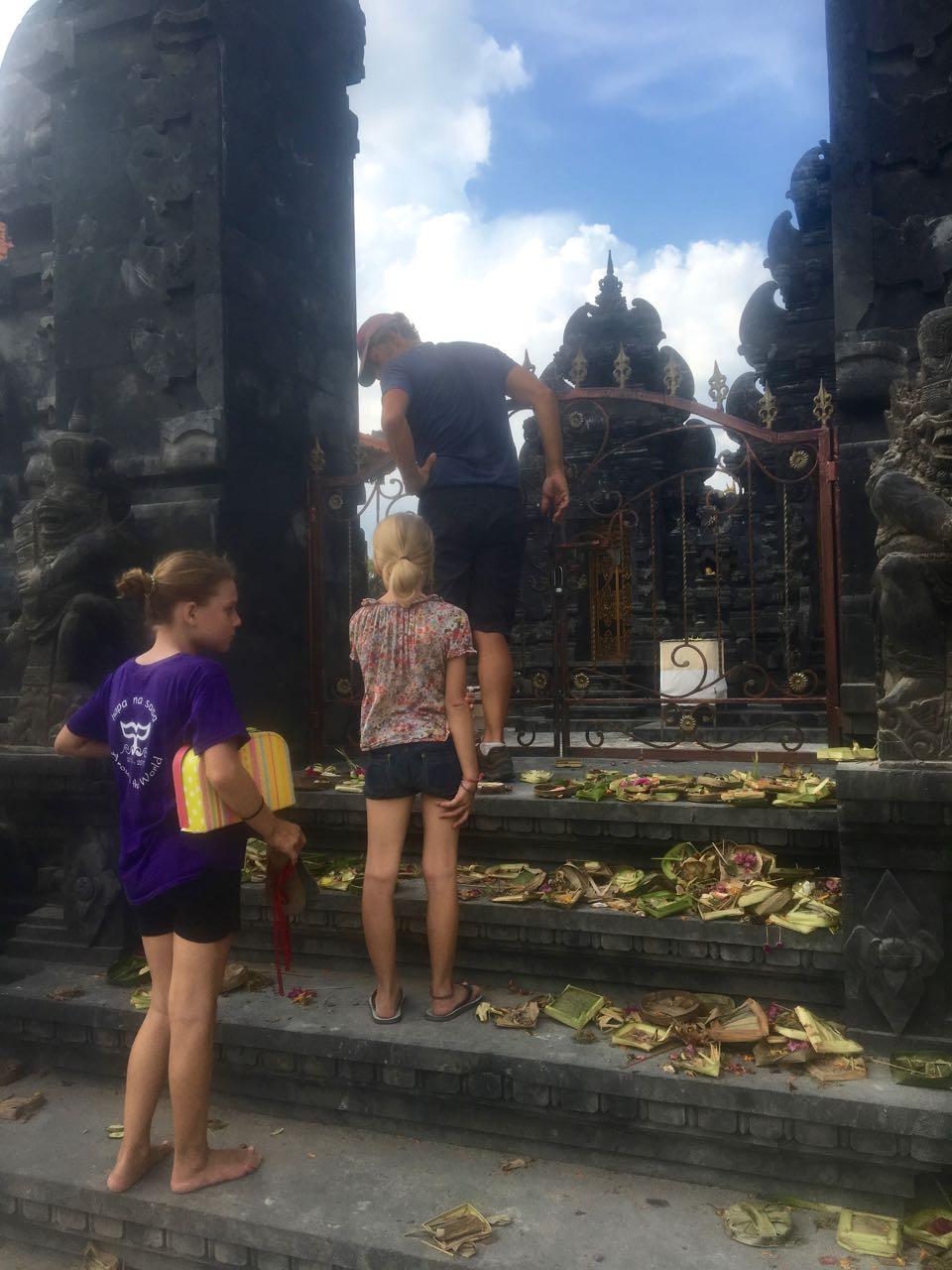 Paula und Louisa vor einem der zahlreichen Tempel in Lembogan Indonesien