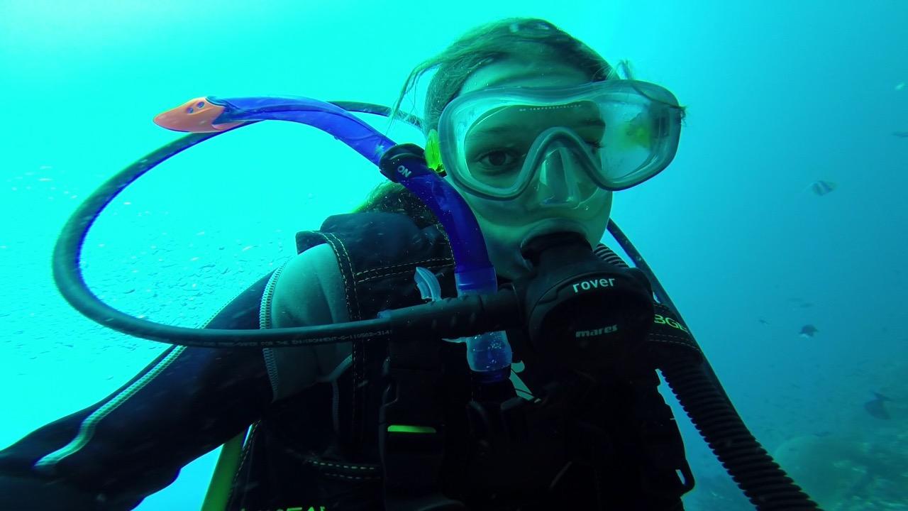 Louisa bei einem Tauchgang in Komodo