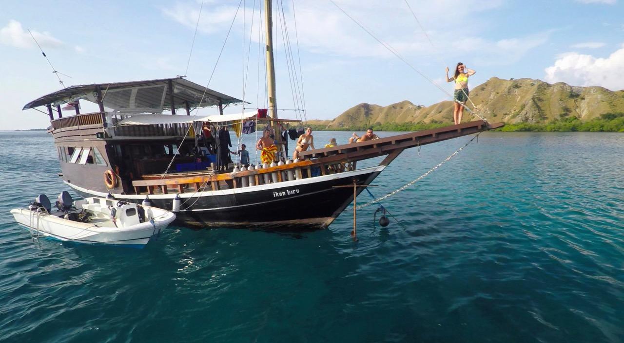 Die Ikan Buru liegt neben uns an der Mooring in Komodo