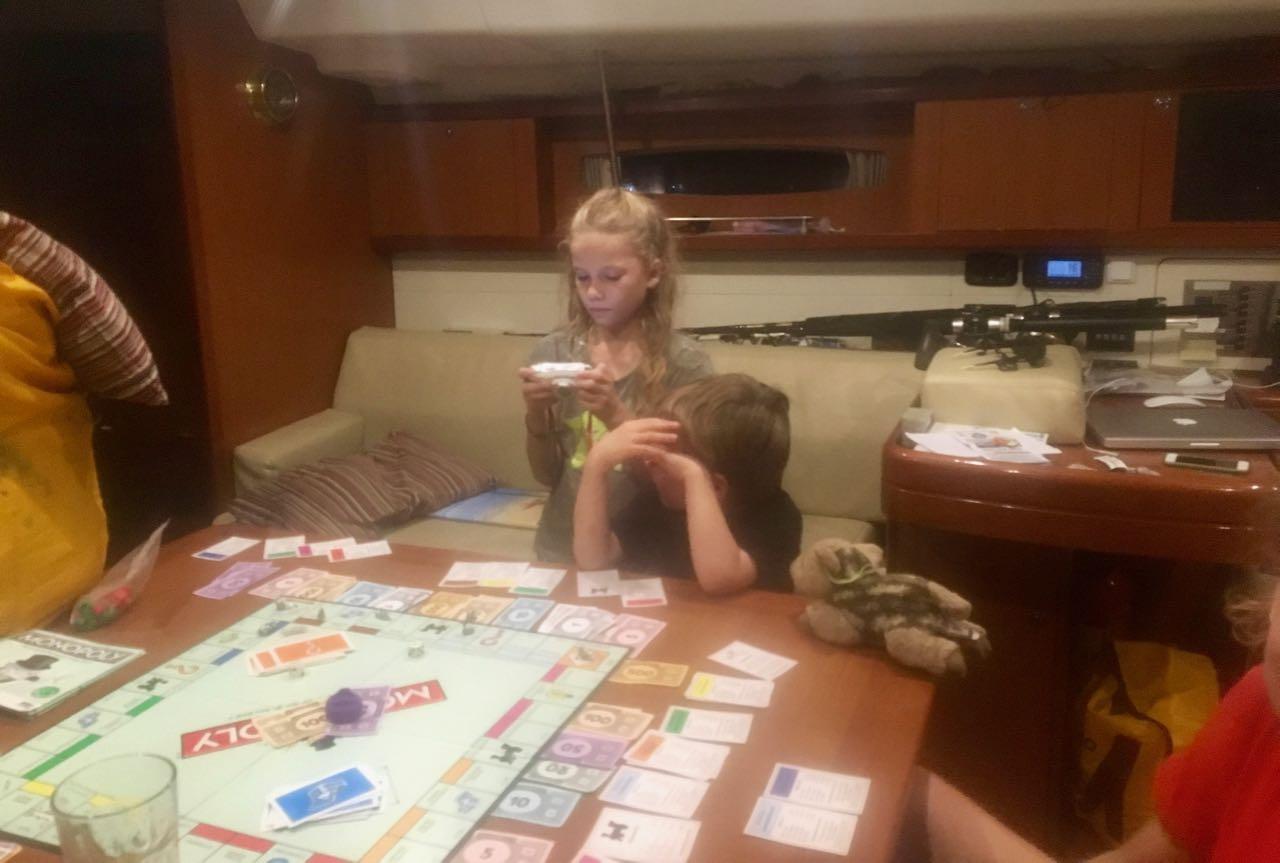 Die Kids spielen auf der hapa na sasa Monopoly bis zum Einschlafen
