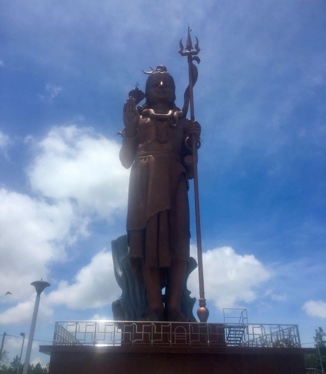 Das beeindruckende 33m hohe Shiva Monument am Ganga Talao Hindu Tempel