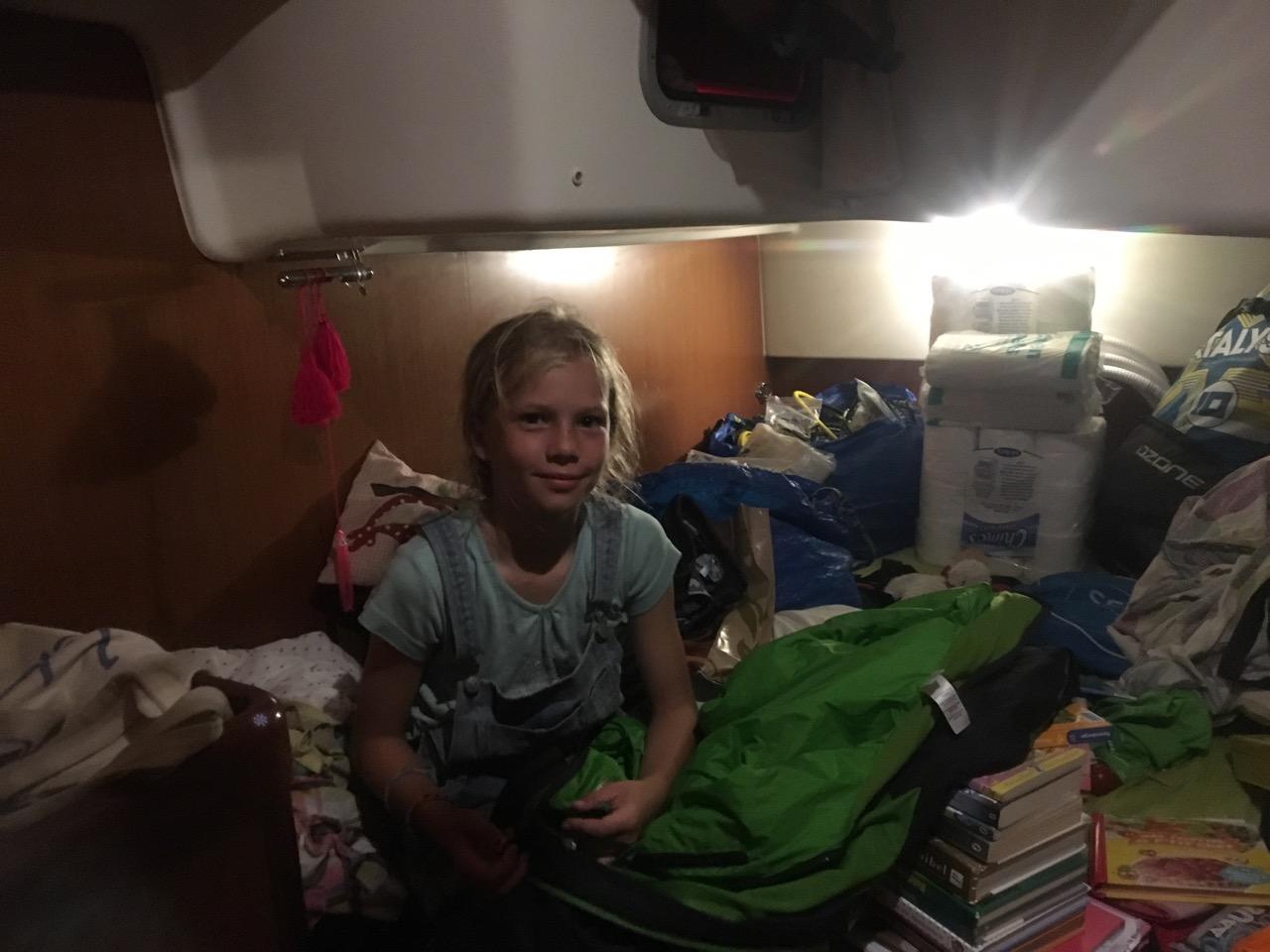 Paula packt ihre Sachen an Bord der hapa na sasa